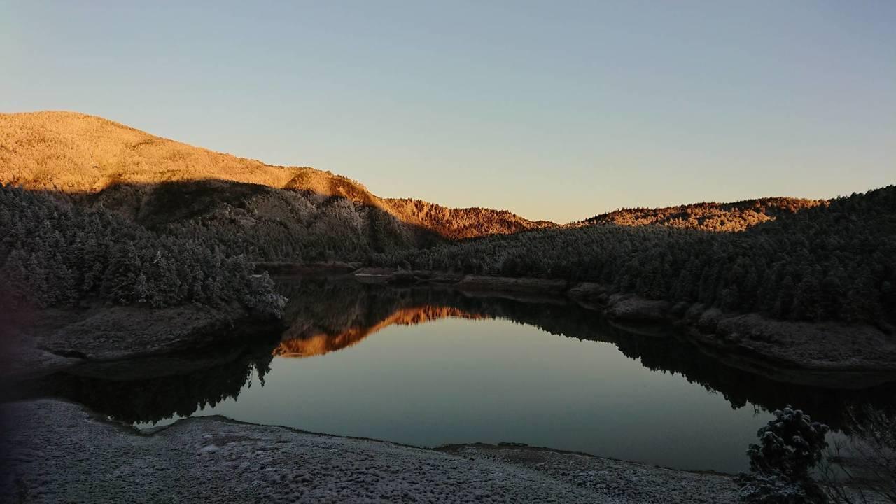 煦煦暖陽灑落平靜翠峰湖面,美景令人屏息。圖/羅東林管處提供