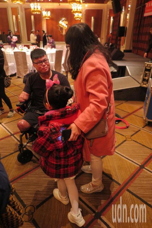 演講後有母親帶小朋友前來,希望黃博煒的故事能勉勵小孩勇敢向上。記者林孟潔/攝影