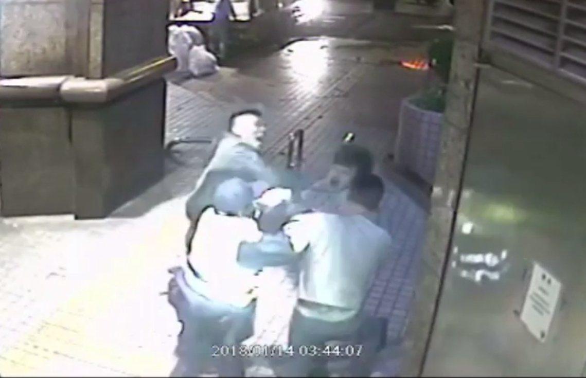 兩派人馬在KTV店門口大打出手,警方到場仍不罷手。 記者林昭彰/翻攝