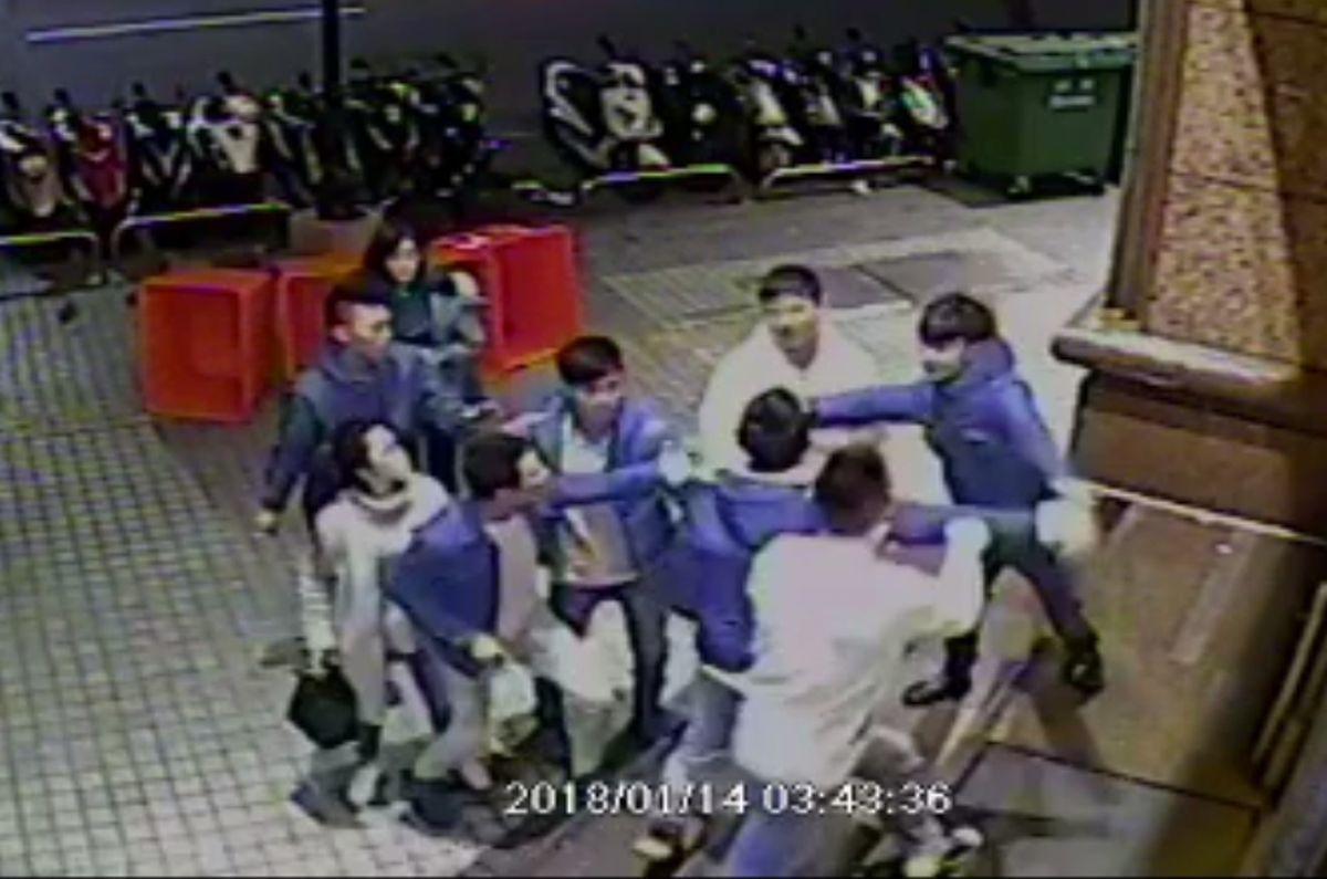 兩派人馬在KTV店門口大打出手。 記者林昭彰/翻攝