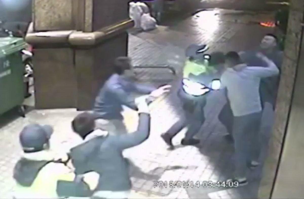 兩派人馬在KTV店門口大打出手,警方到場仍不罷休。 記者林昭彰/翻攝