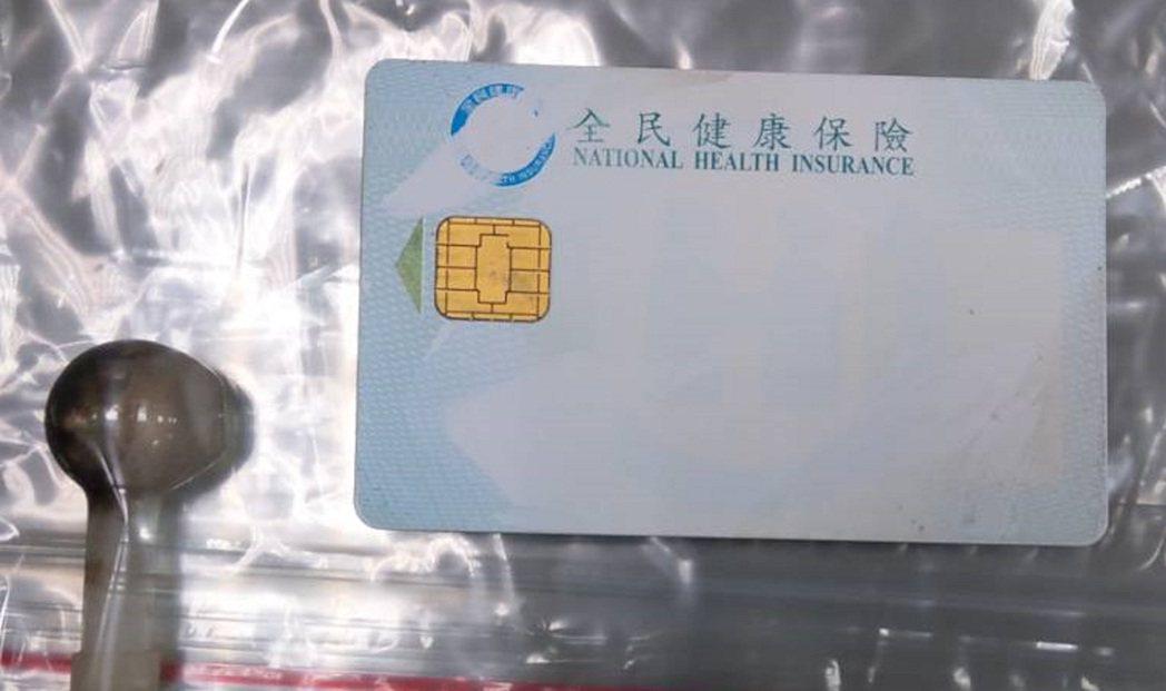 警方在車後座發現1張空白健保卡,前座有吸食器。記者鄭國樑/翻攝