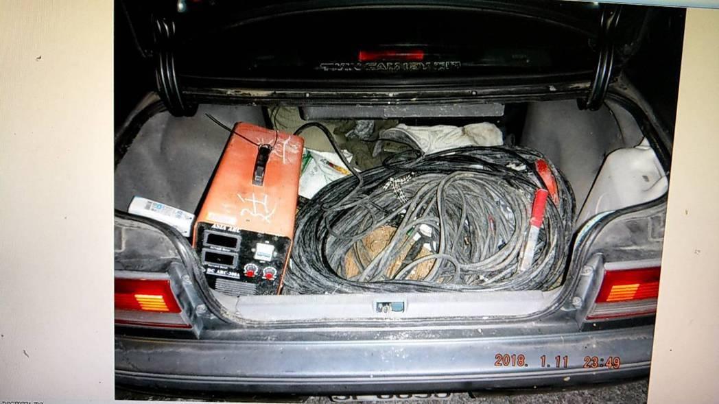 男子轎車行李箱有來路不明的電線和工具。記者鄭國樑/翻攝