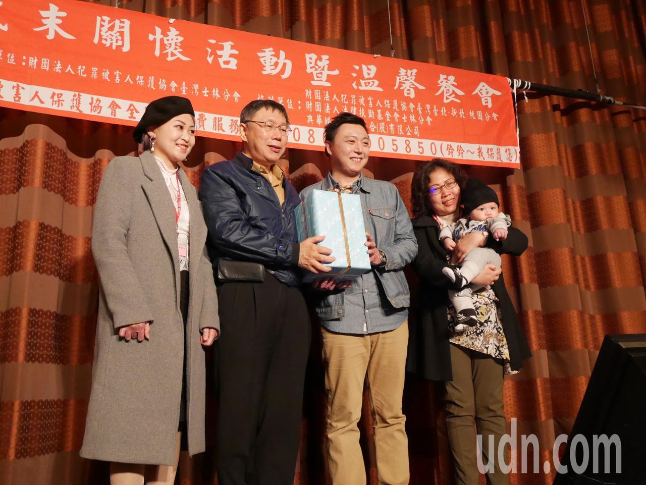 八仙傷友韓寧(左一)與先生蘇庭緯(左三)接受台北市長柯文哲(左二)贈送的雙人枕頭...