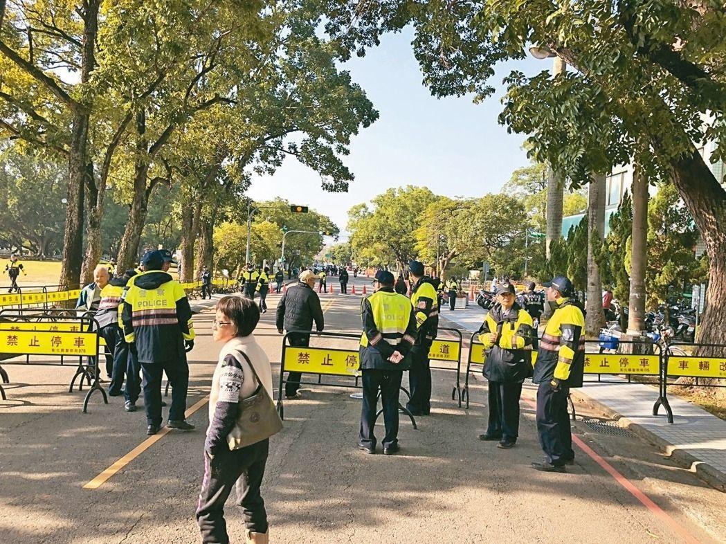 中興新村中學路警方布設3道防護網攔查,避免陳抗團體鬧場抗議。 記者江良誠/攝影