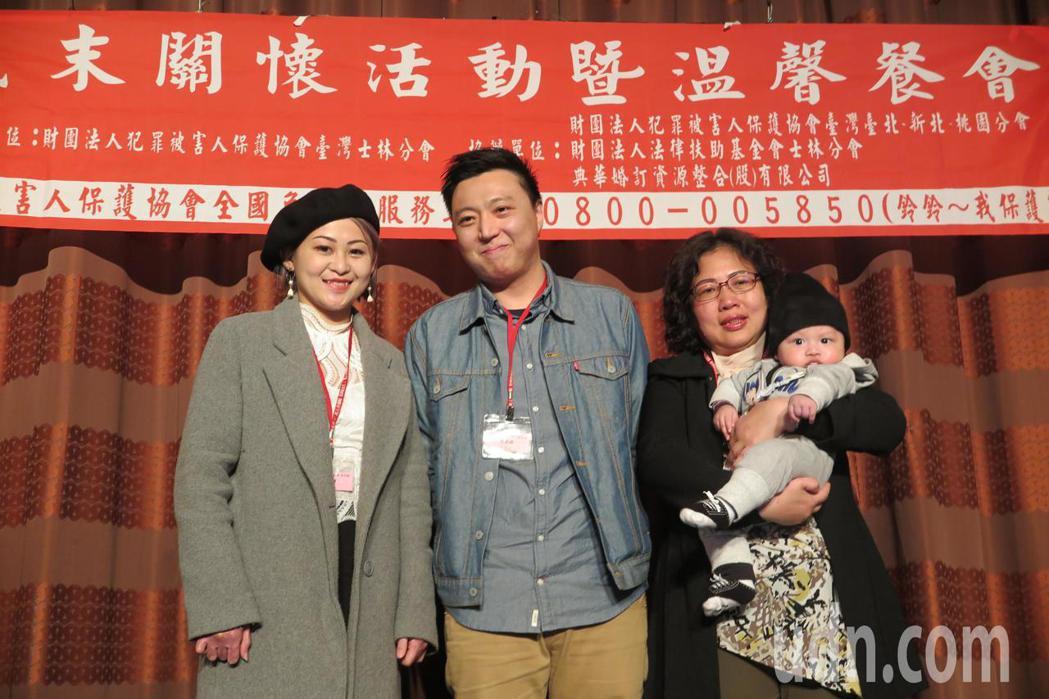 韓寧(左)、蘇庭緯(中)因塵爆意外在復健中心參加樂團認識,兩人相知相惜結為夫妻。...