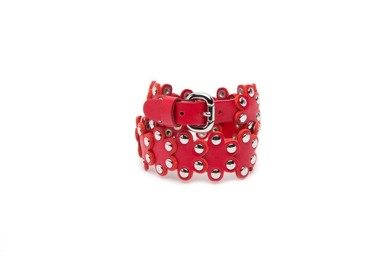 紅色金屬釘花朵手環,5,800元。圖/REDValentino提供
