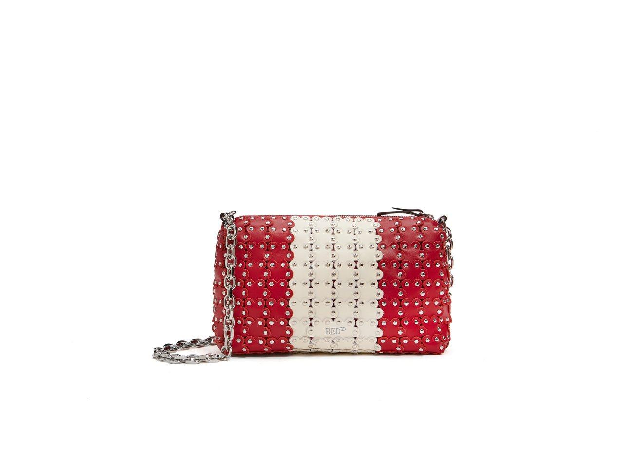 紅白雙色金屬釘花朵造型貼飾肩背包,26,800元。圖/REDValentino提...