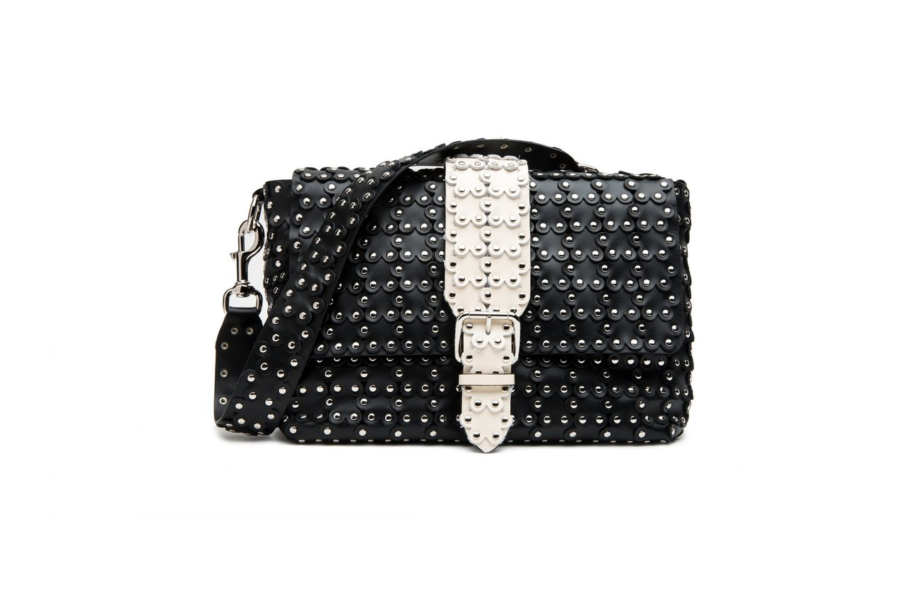 黑白雙色金屬釘花朵造型貼飾肩背包,39,800元。圖/REDValentino提...