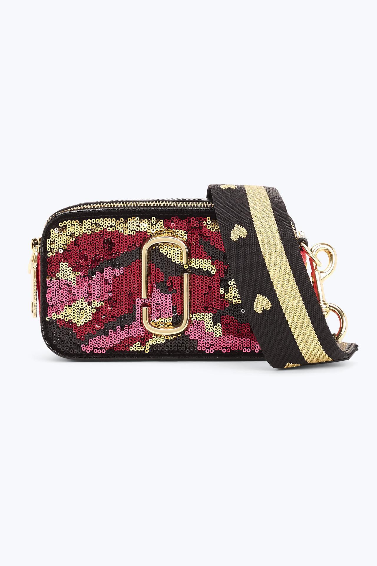 紅色亮片迷彩Snapshot相機包,19,900元。圖/Marc Jacobs提...
