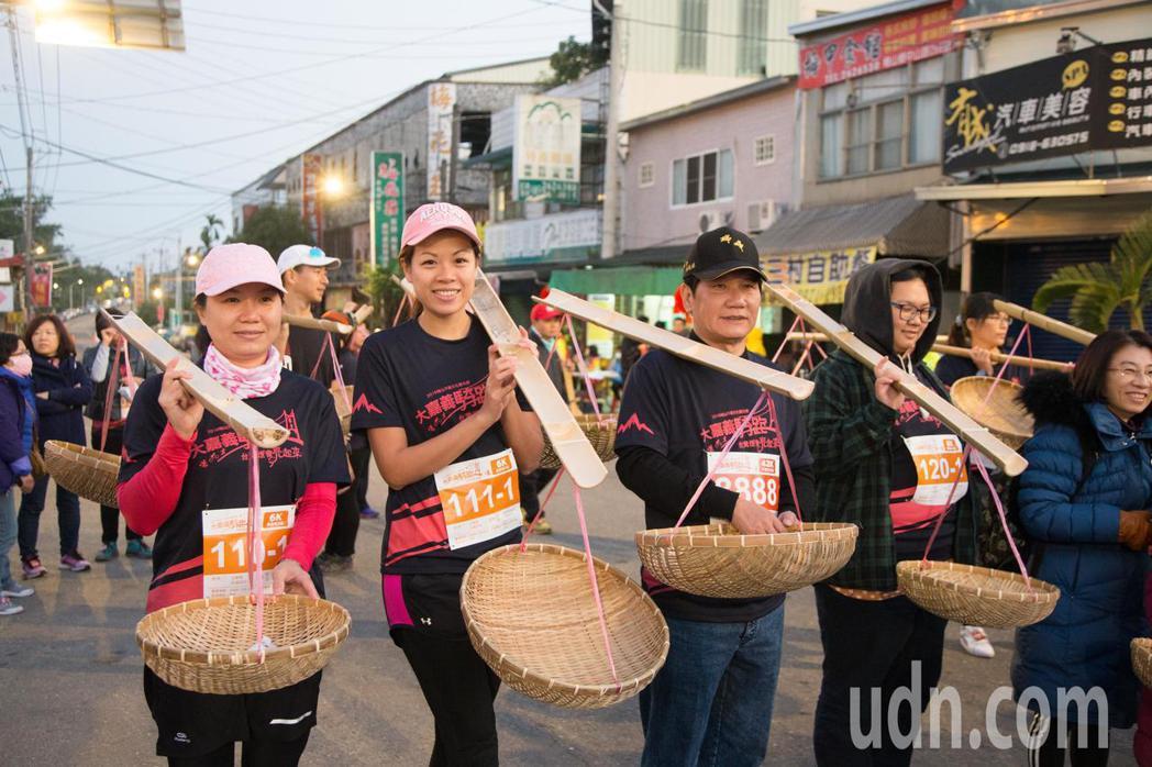 來自全台各地民眾上午在梅山鄉,參加挑扁擔路跑。記者魯永明/攝影