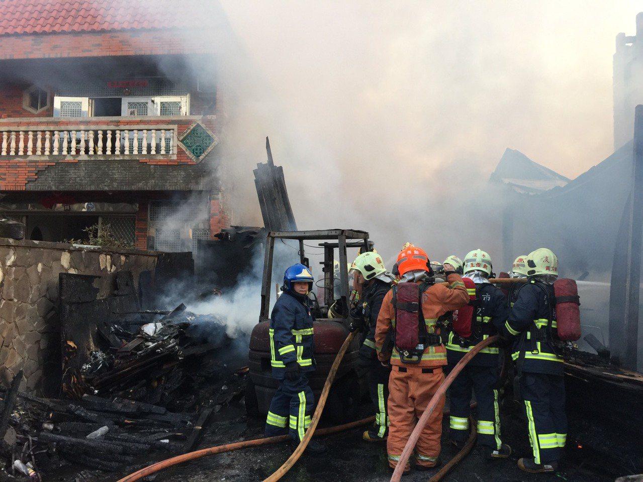 猛烈火勢恐延燒到隔壁民宅,情況一度很緊急。 記者林昭彰/翻攝