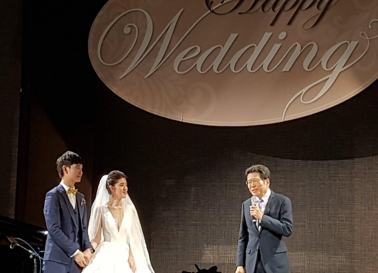 呂冠緯(左)與劉安婷今舉行喜宴,嚴長壽致詞祝福。記者王彩鸝/攝影