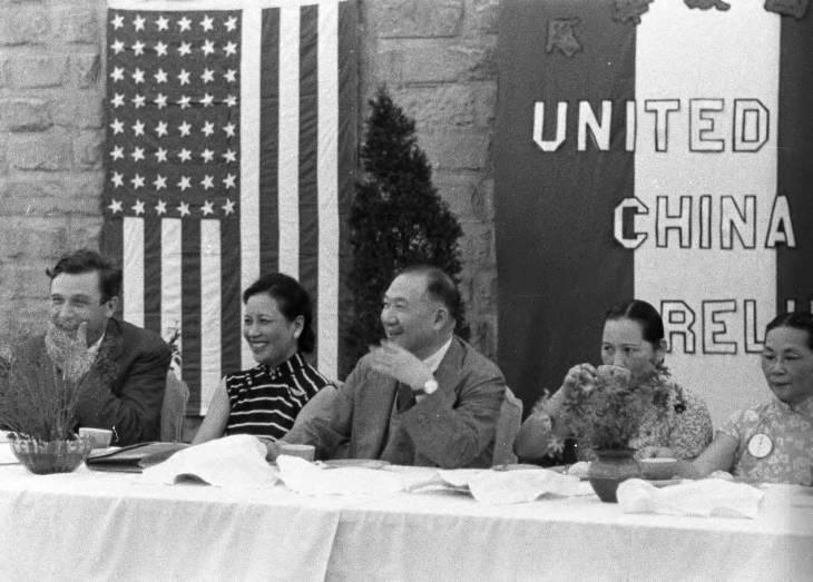 威爾基(左一)於1942年以羅斯福總統特使身分訪華,與宋美齡(左二)替河南省災民...