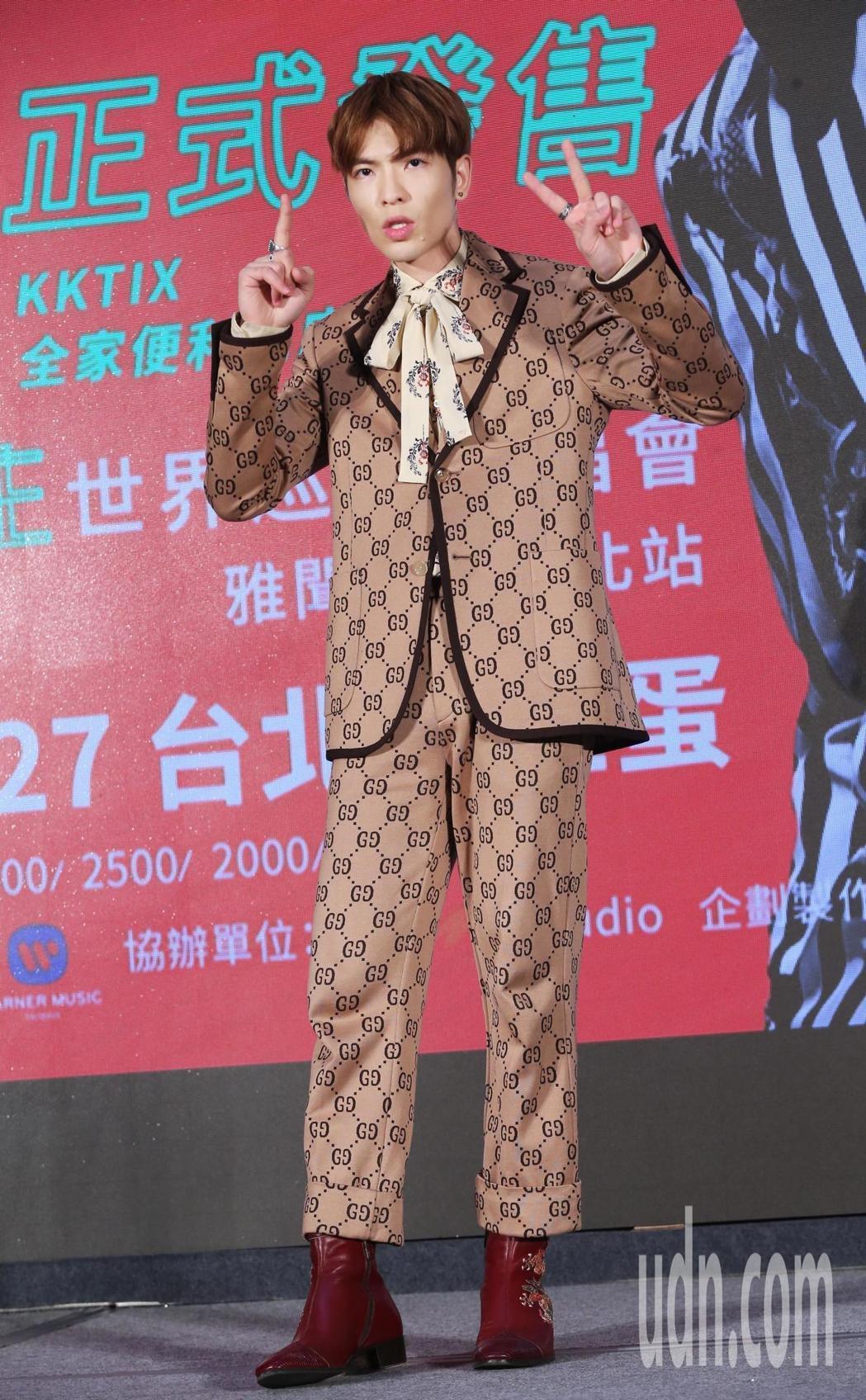 蕭敬騰日前在演唱會發布記者會上,以一身Gucci 2018早春系列套裝登場,滿版...