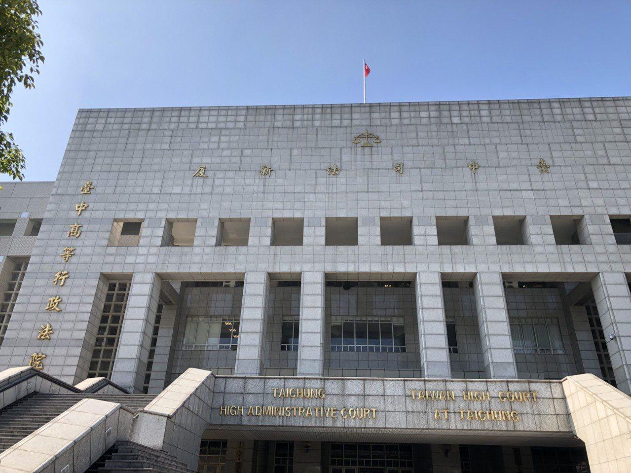 蕭男單手騎乘機車被開單,他不服向台中高頂行政法院提起上訴。記者林敬家/攝影
