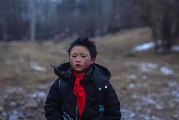 「冰花男孩」已經穿上了新的羽绒外套,都是愛心人士送的。圖/擷取自「都市時報」微信...