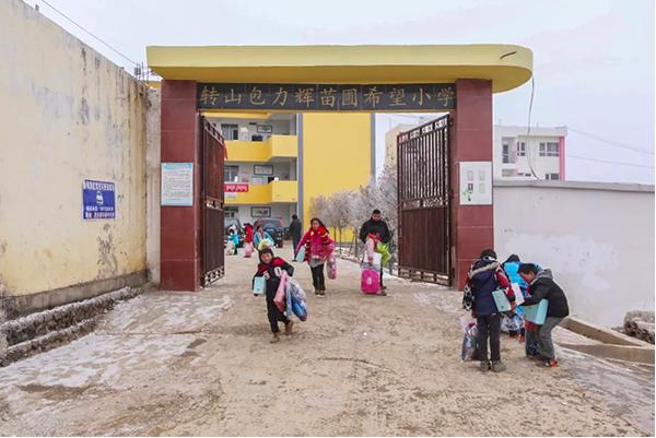 學童領取愛心物資後準備回家。圖/擷取自「都市時報」微信公眾號