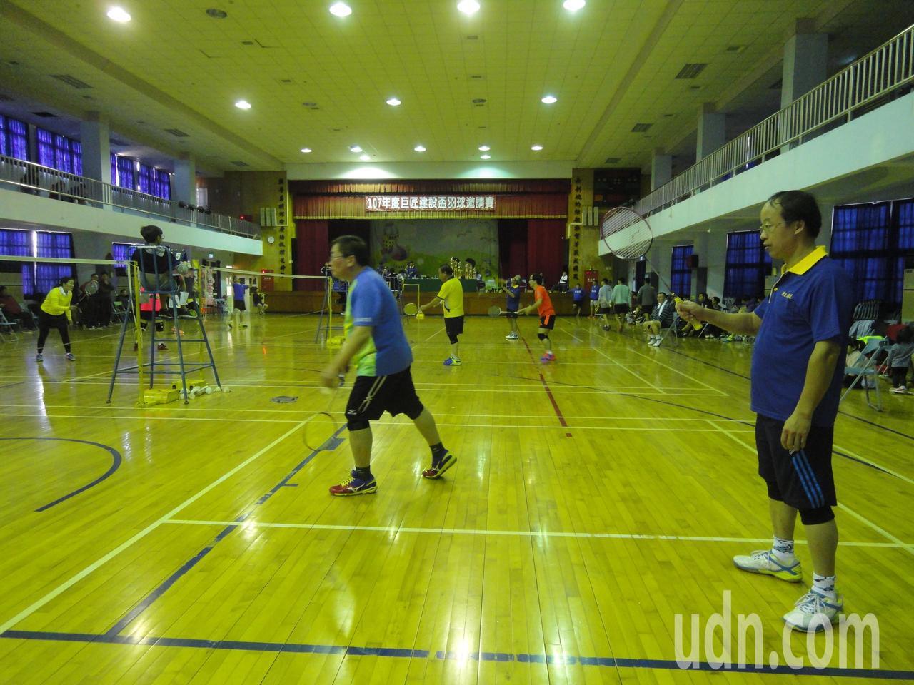彰化縣巨匠建設盃羽球賽設110歲、120歲組的分齡賽。記者簡慧珍/攝影