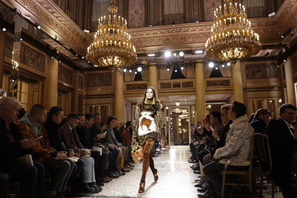 女模Vittoria Ceretti穿上Versace本季的重點「豹紋」印花設計...