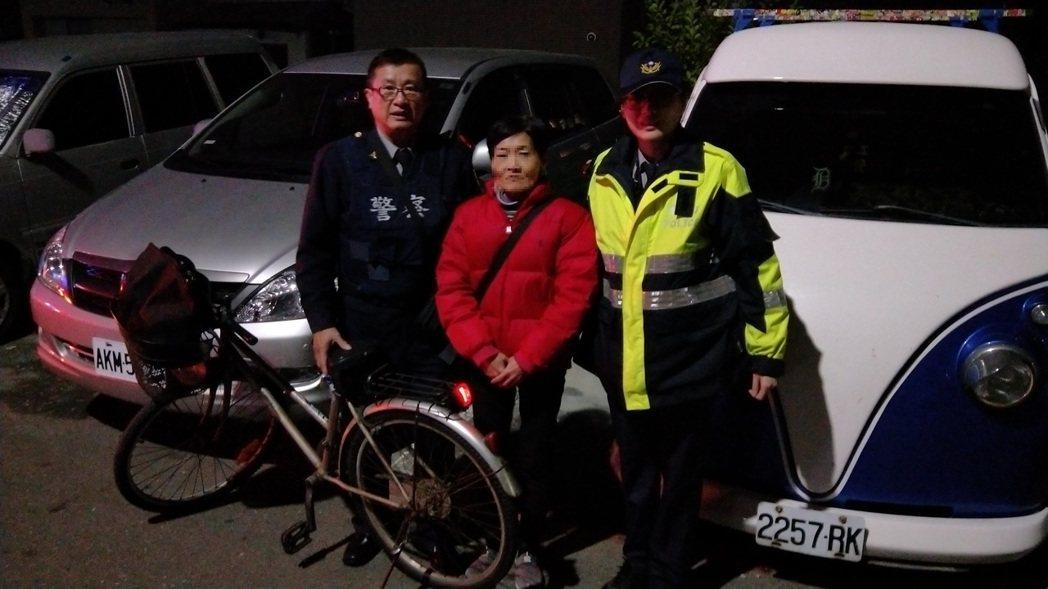 三民所同仁,協助民眾在腳踏車尾裝好警示燈。記者林伯驊/翻攝