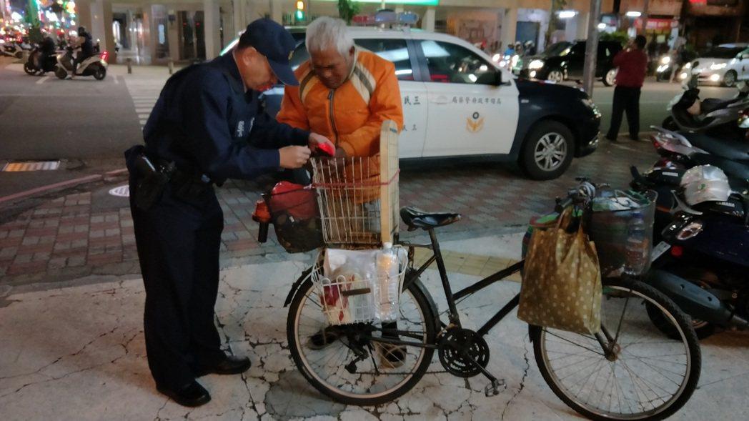三民一分局三民所長許志和(左)自掏腰包買警示燈,還貼心幫裝。記者林伯驊/翻攝