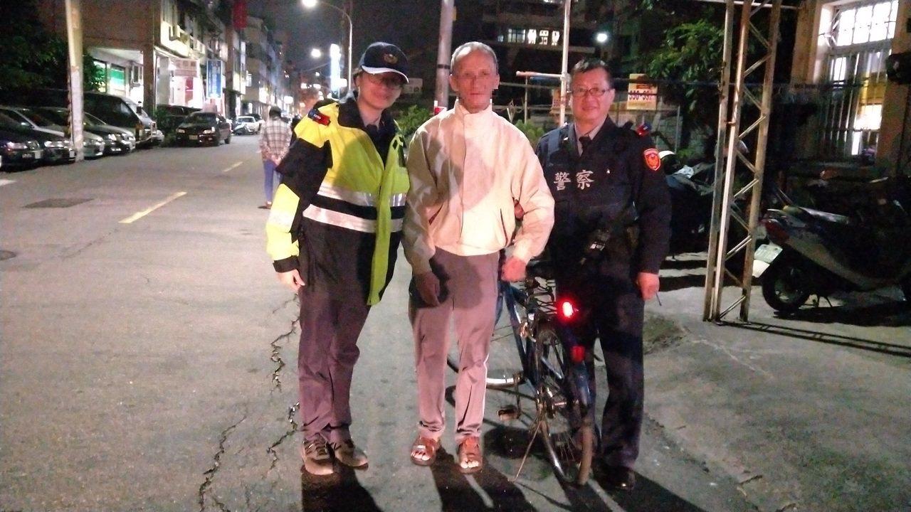 三民派出所同仁協助民眾在腳踏車尾裝好警示燈。記者林伯驊/翻攝