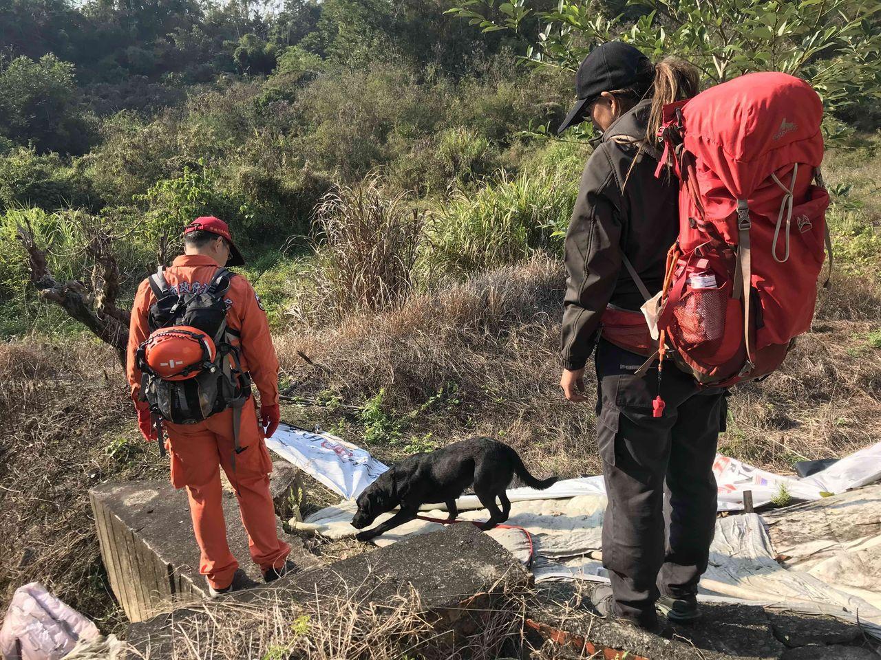 高市消防局出動特搜中隊與特搜尋上山協尋。記者徐白櫻/翻攝