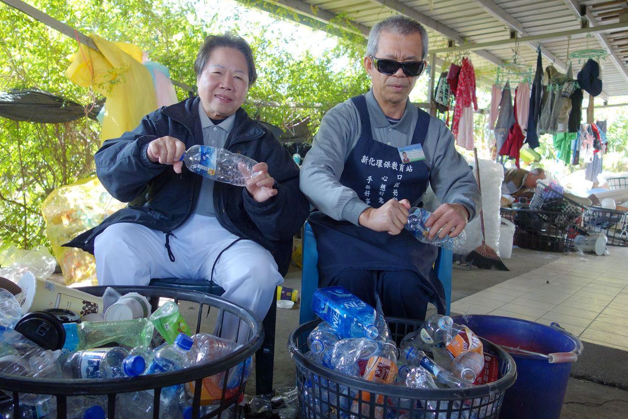 患有遺傳性夜盲症的徐玉琴(左)、沈文楠今於仁德靜思堂分享走出低潮的人生經歷。記者...