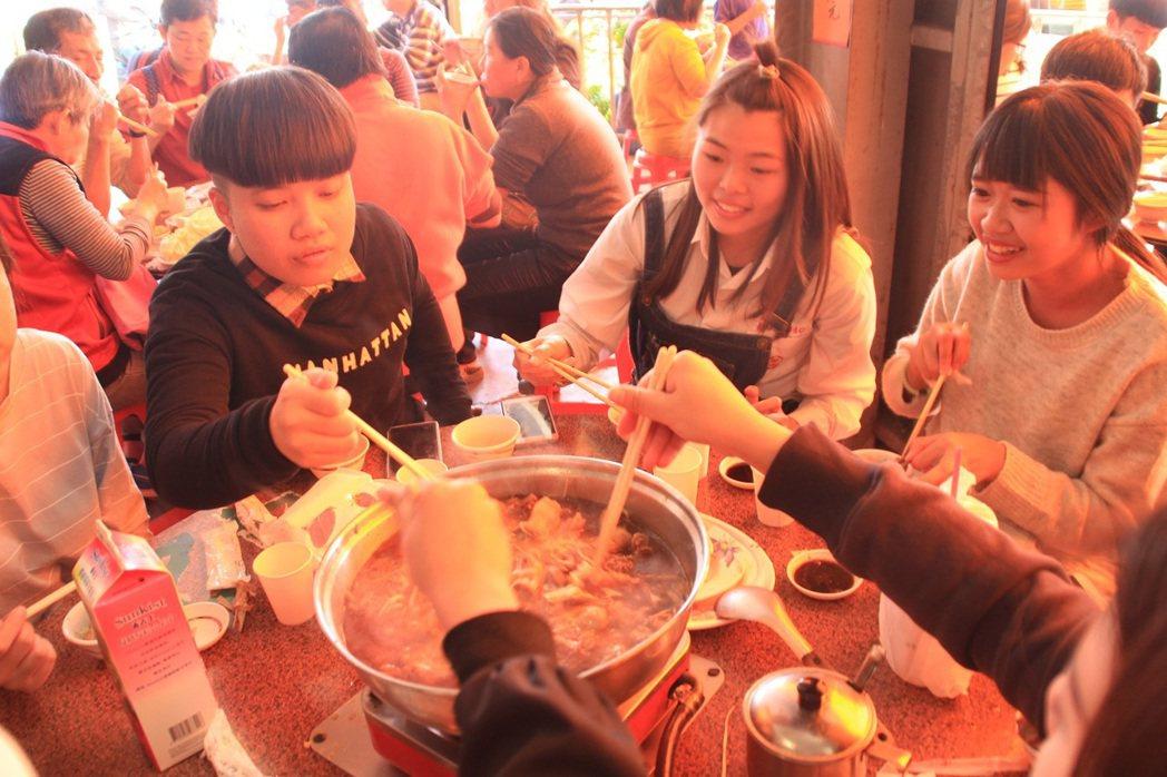 用熱呼呼的薑母鴨圍爐也溫暖許多兒少及社福團體院生的心。記者蔣繼平/翻攝
