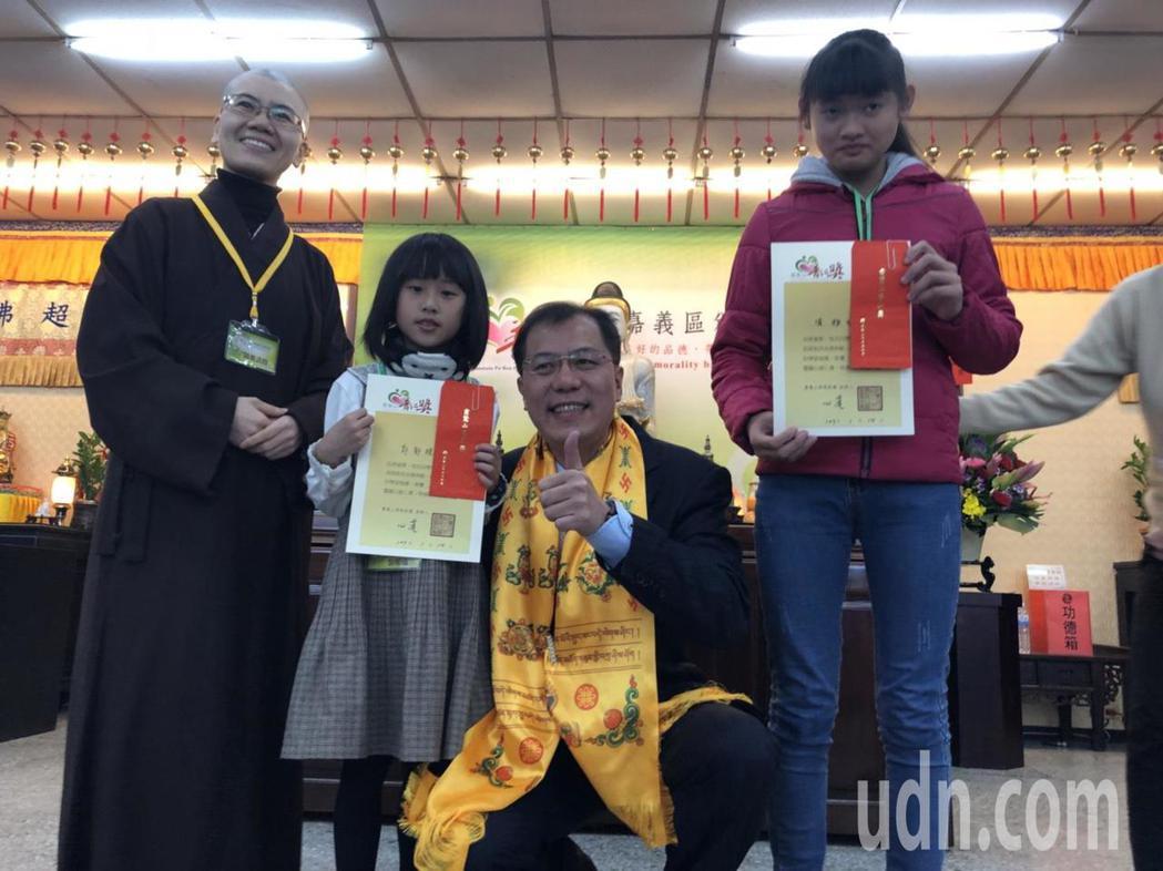 嘉義縣副縣長吳芳銘(右二)頒獎給獲普仁獎的學生。記者王慧瑛/攝影