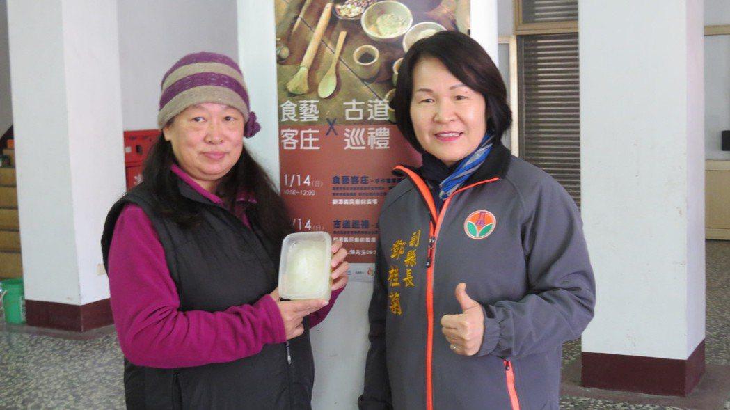 文史工作者彭玉美(左)分享家傳的古早味滷肉飯,豬油凍這一味已相當少見。記者范榮達...