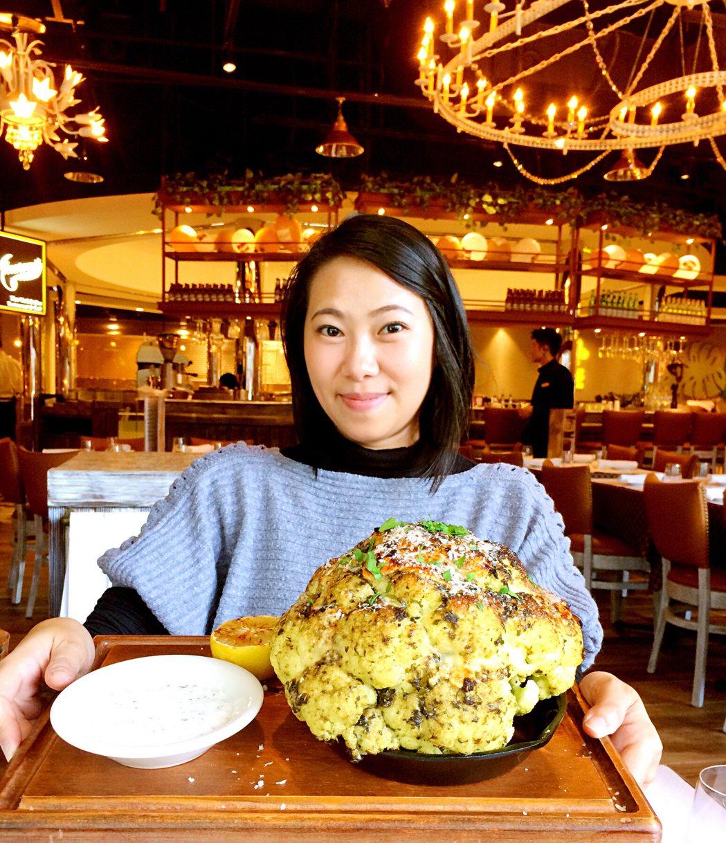 比臉大的白花椰菜「青醬狂花」。圖/北軒餐飲提供