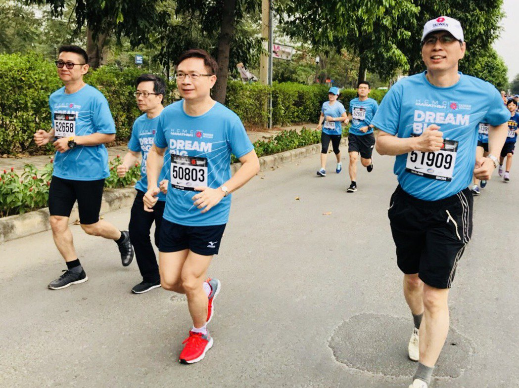 外貿協會董事長黃志芳(前中)代表台灣精品於胡志明市馬拉松領跑。