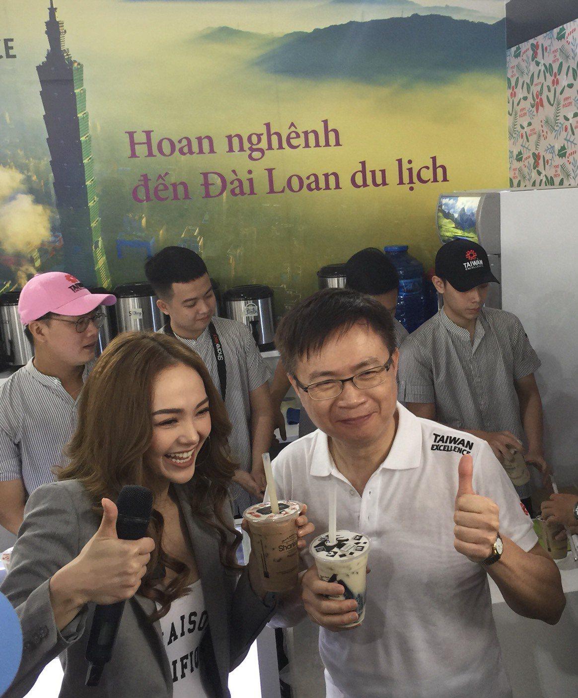 外貿協會董事長黃志芳(前右)邀請台灣精品代言人Minh Hang(前左)品嚐歇腳...