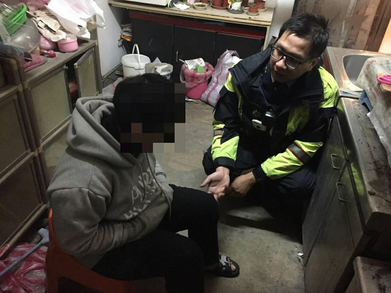台北市警方努力勸說,勸退年關前卻失業打算輕生的女子。記者廖炳棋/翻攝