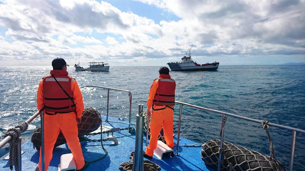 一艘蘇澳籍漁船失去動力又失聯,海巡出動1機3艇,戒護該船,安全返回基隆八斗子漁港...
