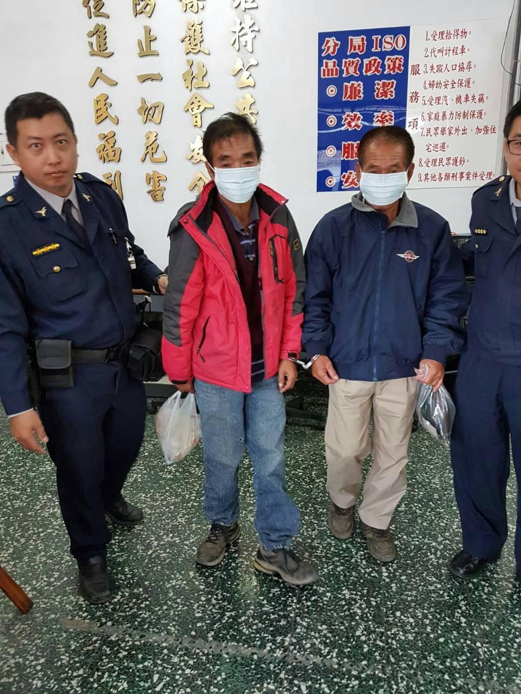 資收業者王姓男子(左二起)、郭姓男子涉開資收車幫忙偷鷹架浪板。記者林伯驊/翻攝