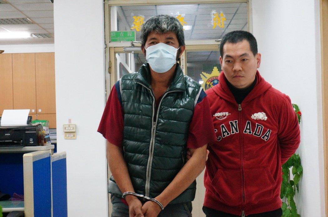 黃姓男子(左)疑欠高利貸,竟涉嫌偷竊自家公司的鷹架浪板。記者林伯驊/攝影