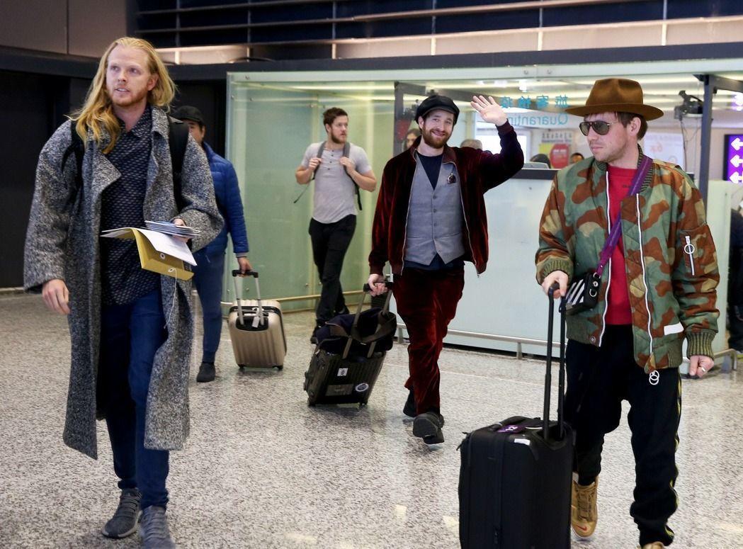 謎幻樂團14日下午從香港飛抵桃園機場,準備15日在台北開唱。記者陳嘉寧/攝影