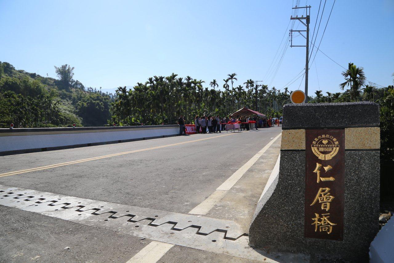 嘉義縣政府設計,嘉邑行善團興建的中埔鄉三層村「仁層橋」完工通車。圖/縣府提供