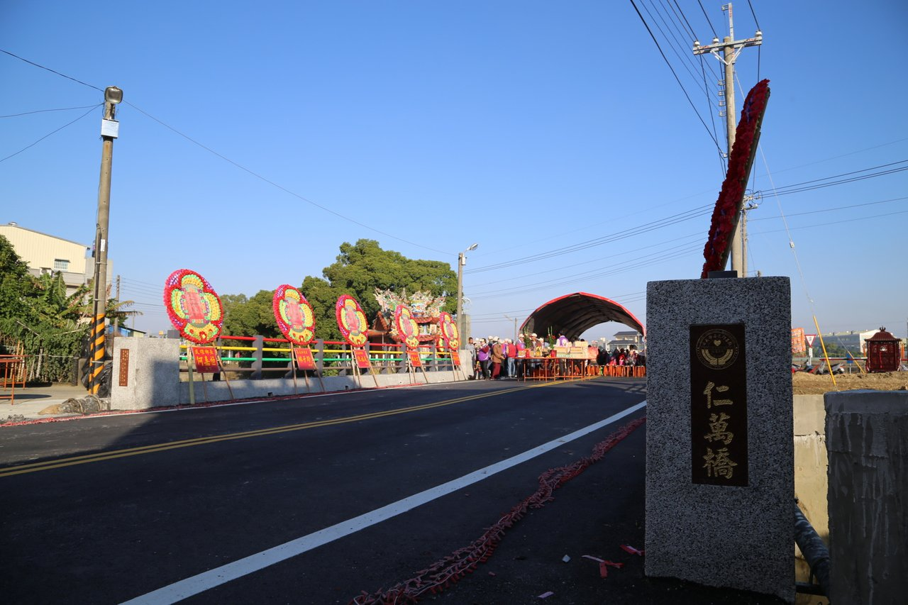 嘉義縣政府設計,嘉邑行善團興建的民雄鄉東湖村「仁萬橋」完工通車。圖/縣府提供