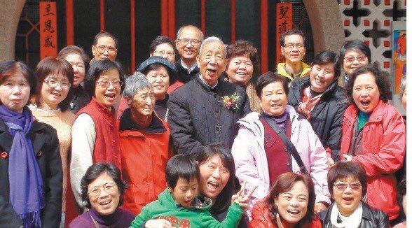 孫達神父(中)慶祝當時90歲生日的畫面,他充滿社會關懷,深受許多人的景仰。圖/本...