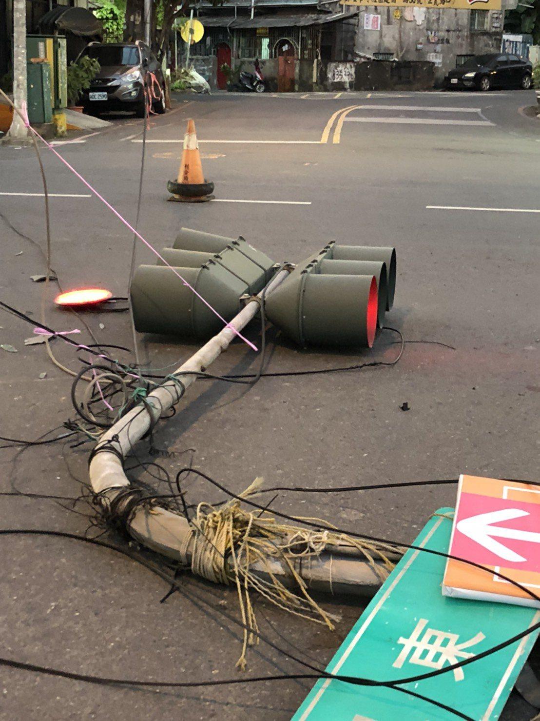 高雄中山東路192巷、鳳東路口今下午傳自撞車禍,路口號誌燈慘被撞斷。記者林伯驊/...