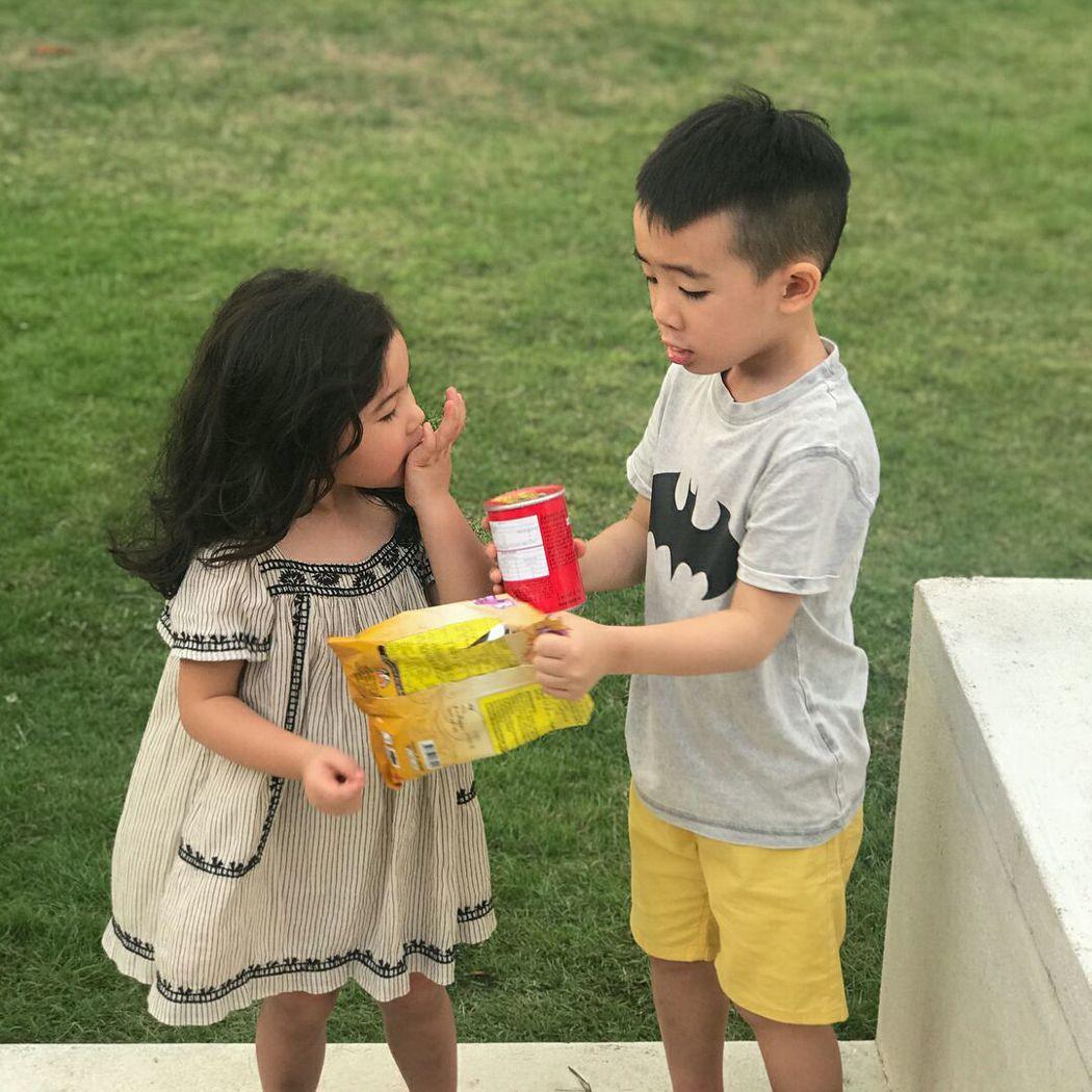 陳小春兒子(右)明顯抽高。圖/摘自鄭希怡IG