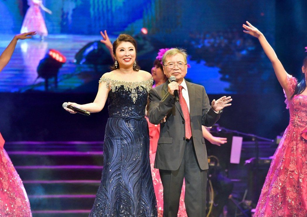 陳思安與父對唱「請你信賴我」。圖/高雄聖羅雅婚紗提供