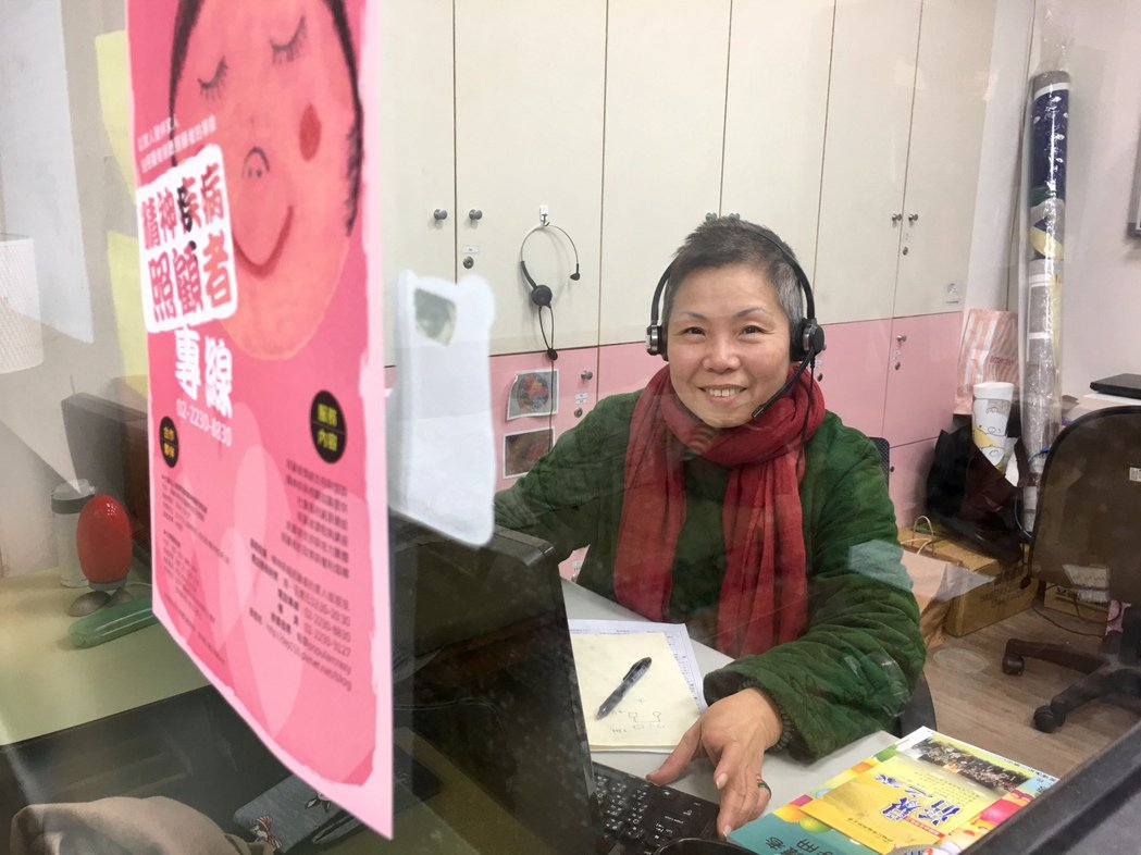 精神疾病照顧者專線的元老志工黃莉玲,也是一名精障照顧者,因了解精障家屬的「心苦」...