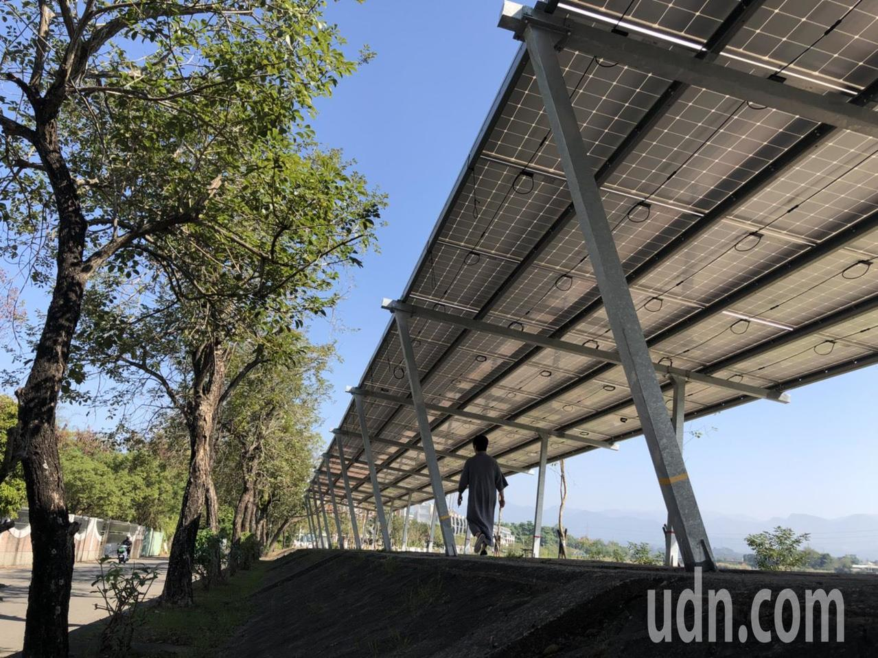 第五河川局在八掌溪北岸打造太陽能光電示範廊道,訴求是水環境結合綠能,盼打造成嘉義...
