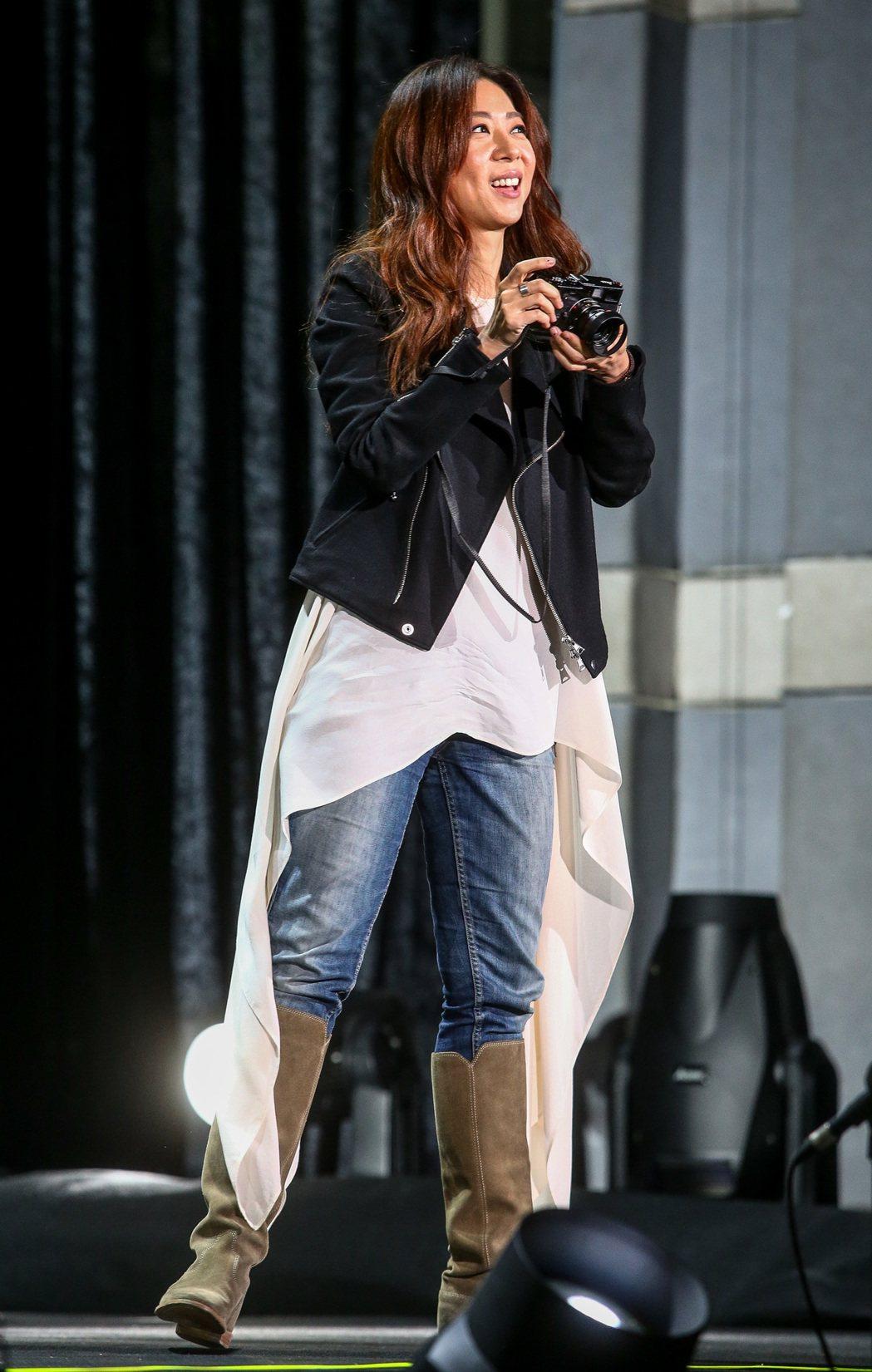 陳綺貞今晚第三度開唱,到一半時拿出自己的相機,拍攝台下的粉絲。記者程宜華/攝影