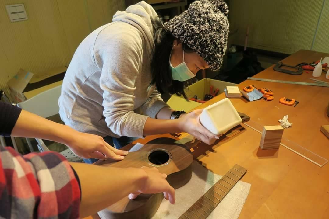 學員們自己動手黏製烏克麗麗的指板。 圖/林管處提供